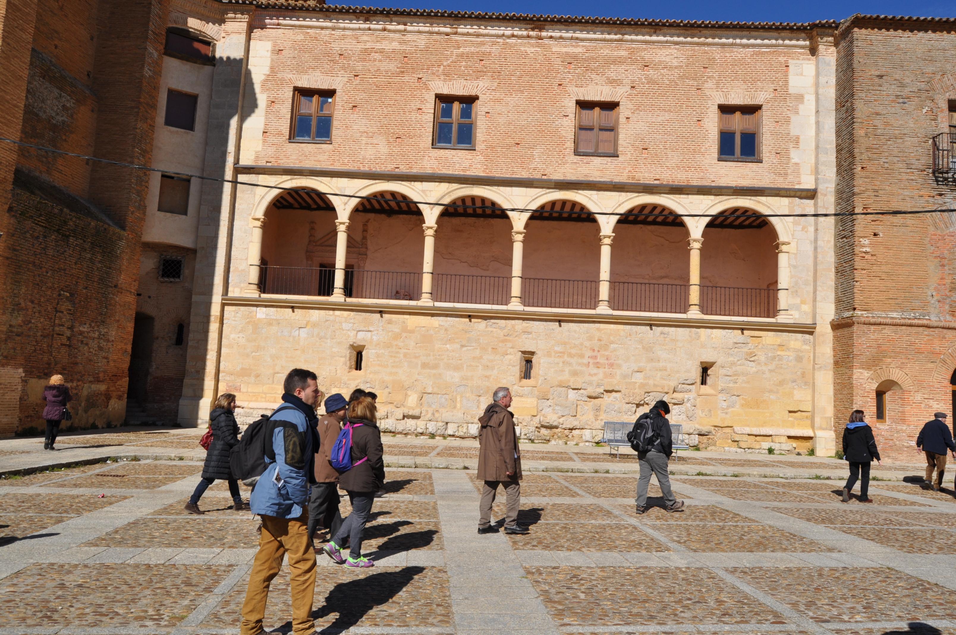 Plaza de Grajal y galería del palacio.