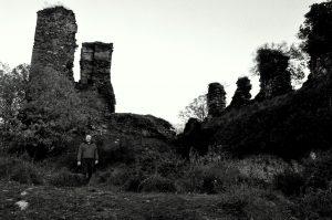 Interior del castillo de Balboa en blanco y negro.