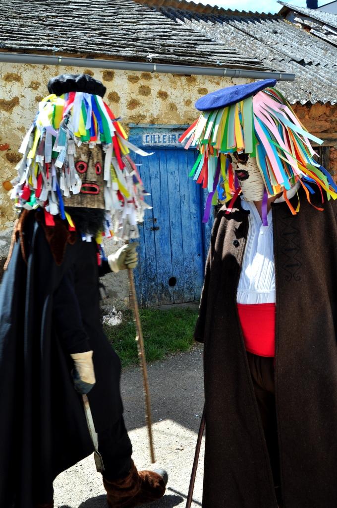 Dos campanones con caretas de cartaloxo (corteza de abedul) a la puerta del antiguo cilleiro