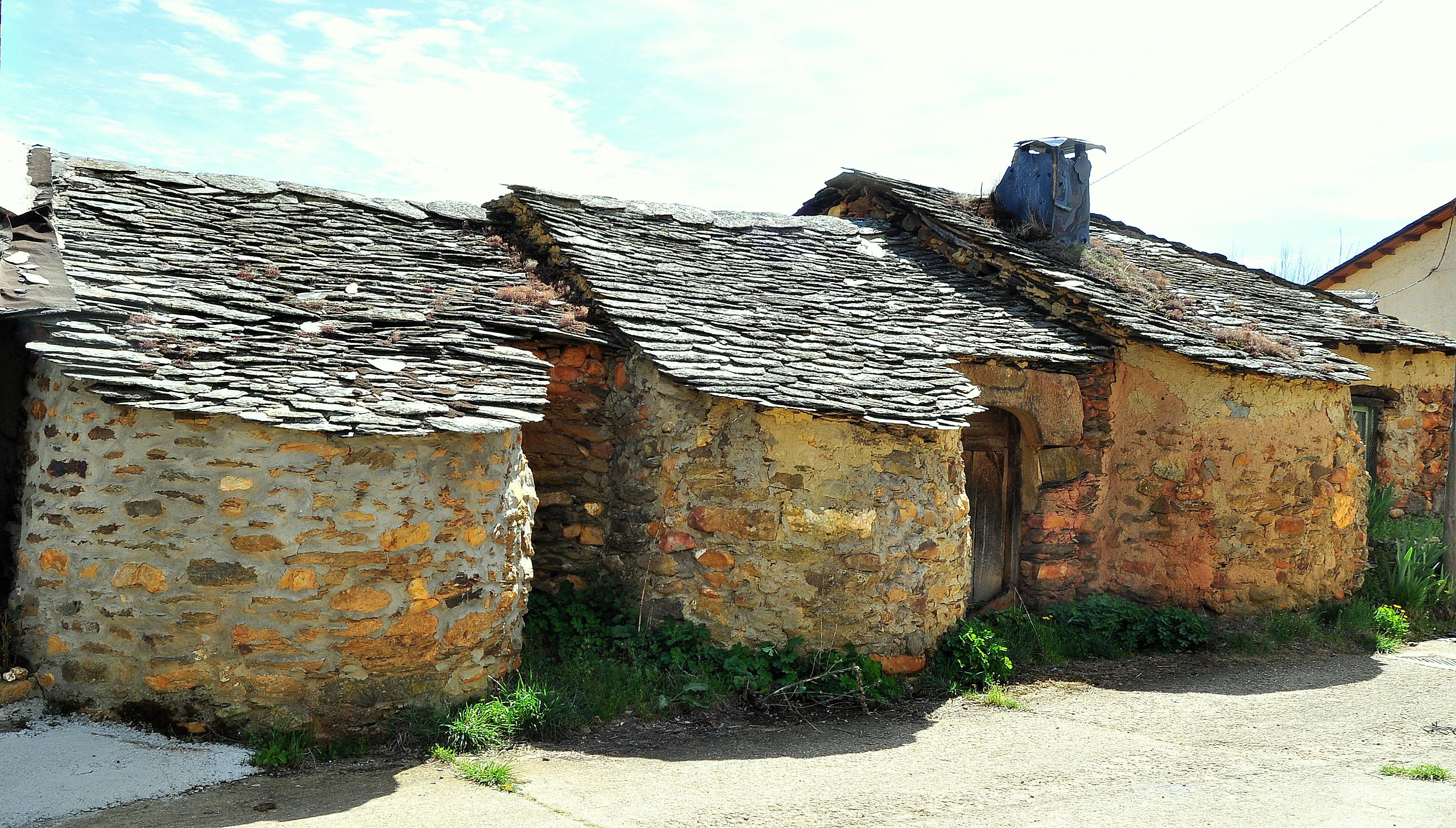 Tres casas y tres hornos. También había, y algunas se conservan, cinco herrerías.