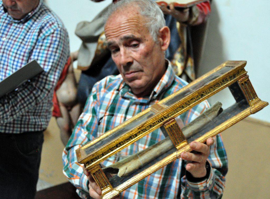 Mostrando una reliquia en Renedo de Valdetuéjar