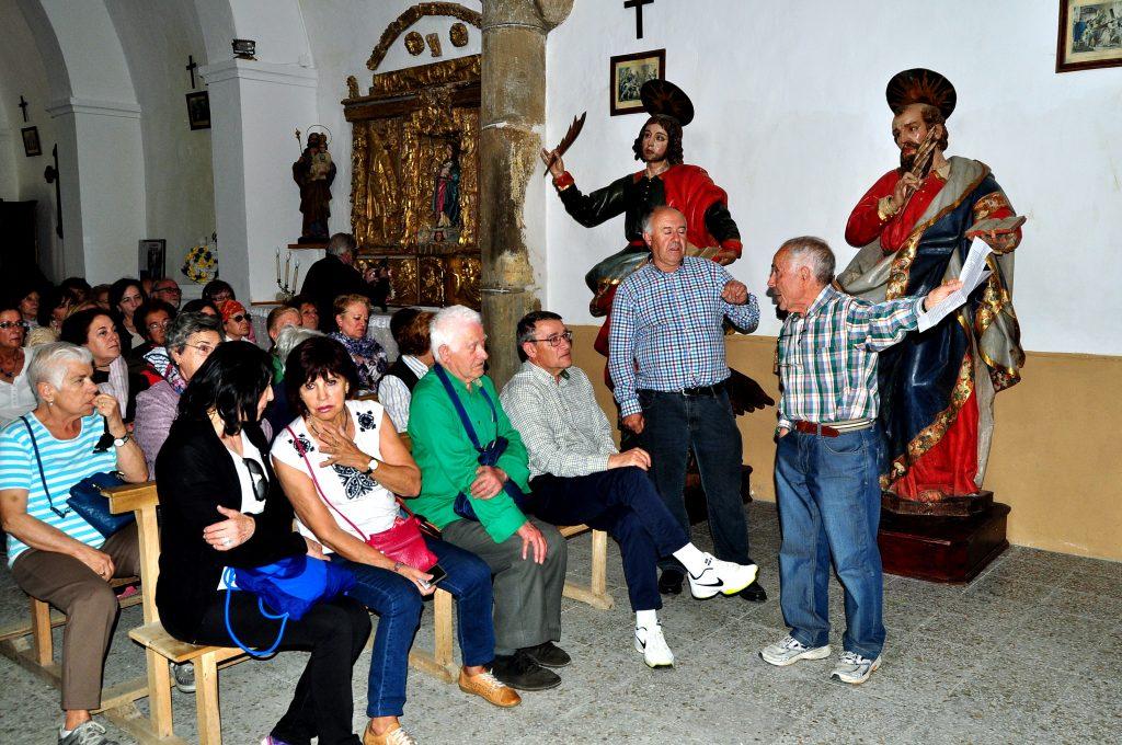 Ramón Gutiérrez y Sabino López explican las imágenes del palacio de los Prado conservadas en la iglesia de Renedo de Valdetuéjar
