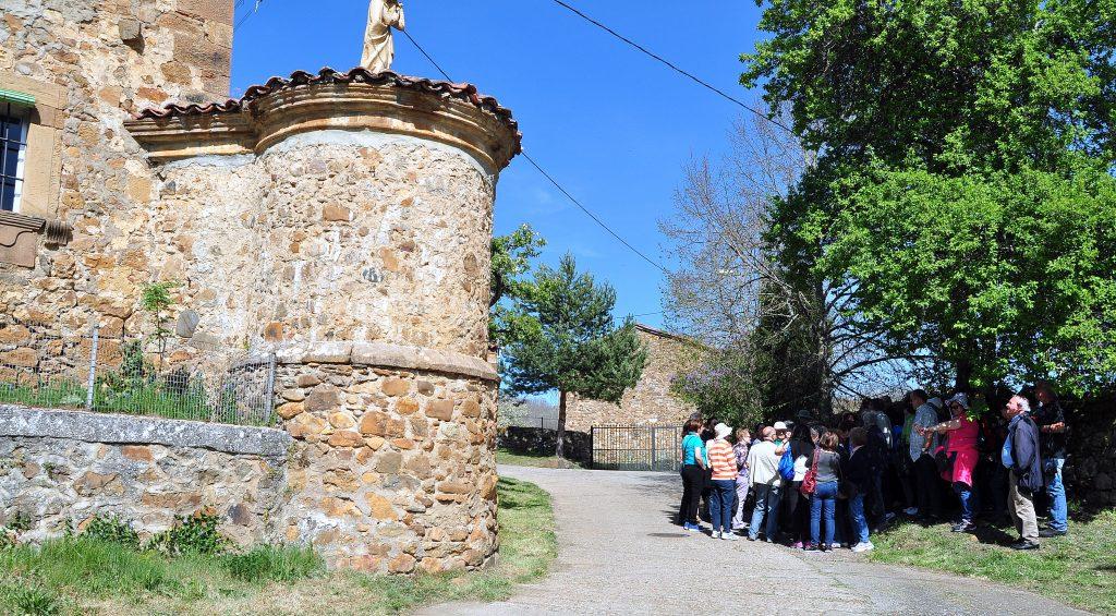 En Renedo, ante lo poco que queda del palacio de los Marqueses de Prado, tras su desmontaje e instalación en el hospital de Regla, en León.