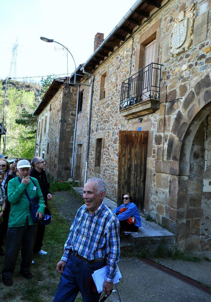 Ante la Casona del capellán de los Marqueses de Prado, en Renedo de Valdetuéjar