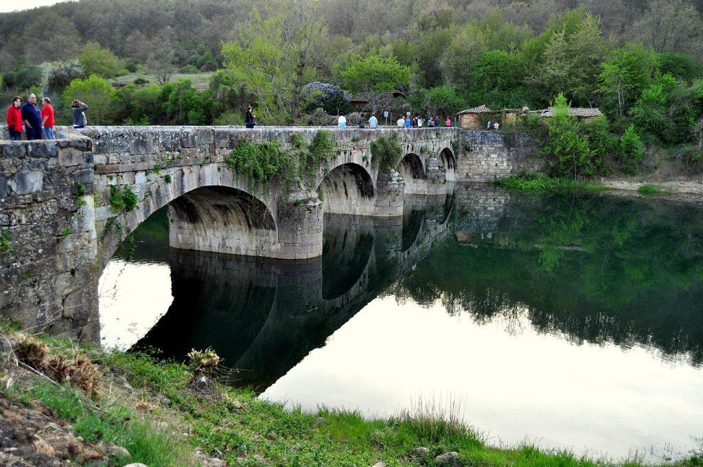 En el Puente del Mercadillo, paso de peregrinos sobre el Esla, en Sorriba (Cistierna)