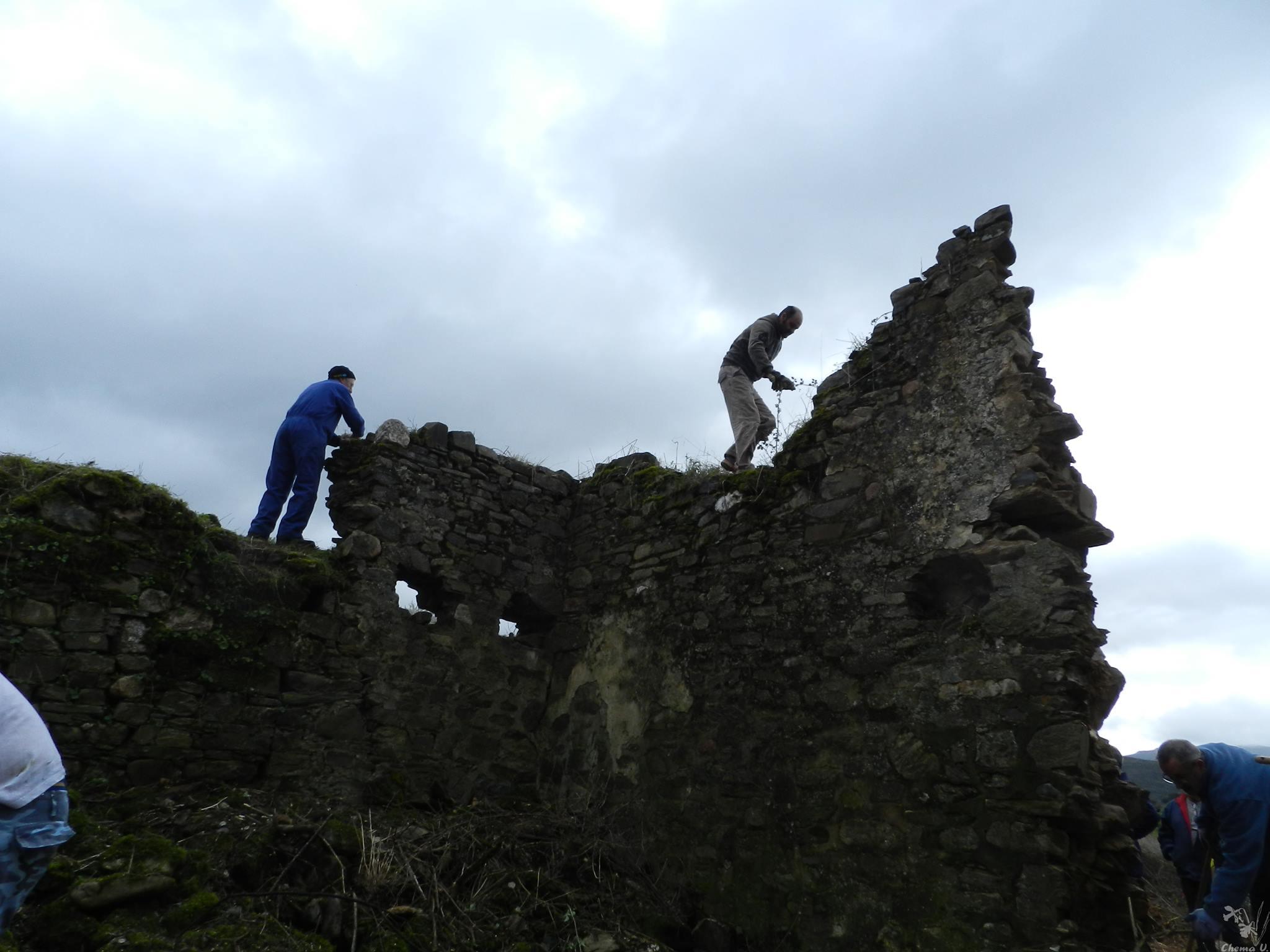 Consolidando algunas piedras que peligraban caer. Foto: Chema Vicente.