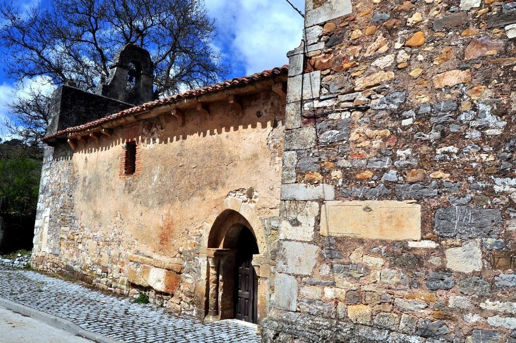 Iglesia románico-primitiva, con elementos mozárabes, de San Adrián.