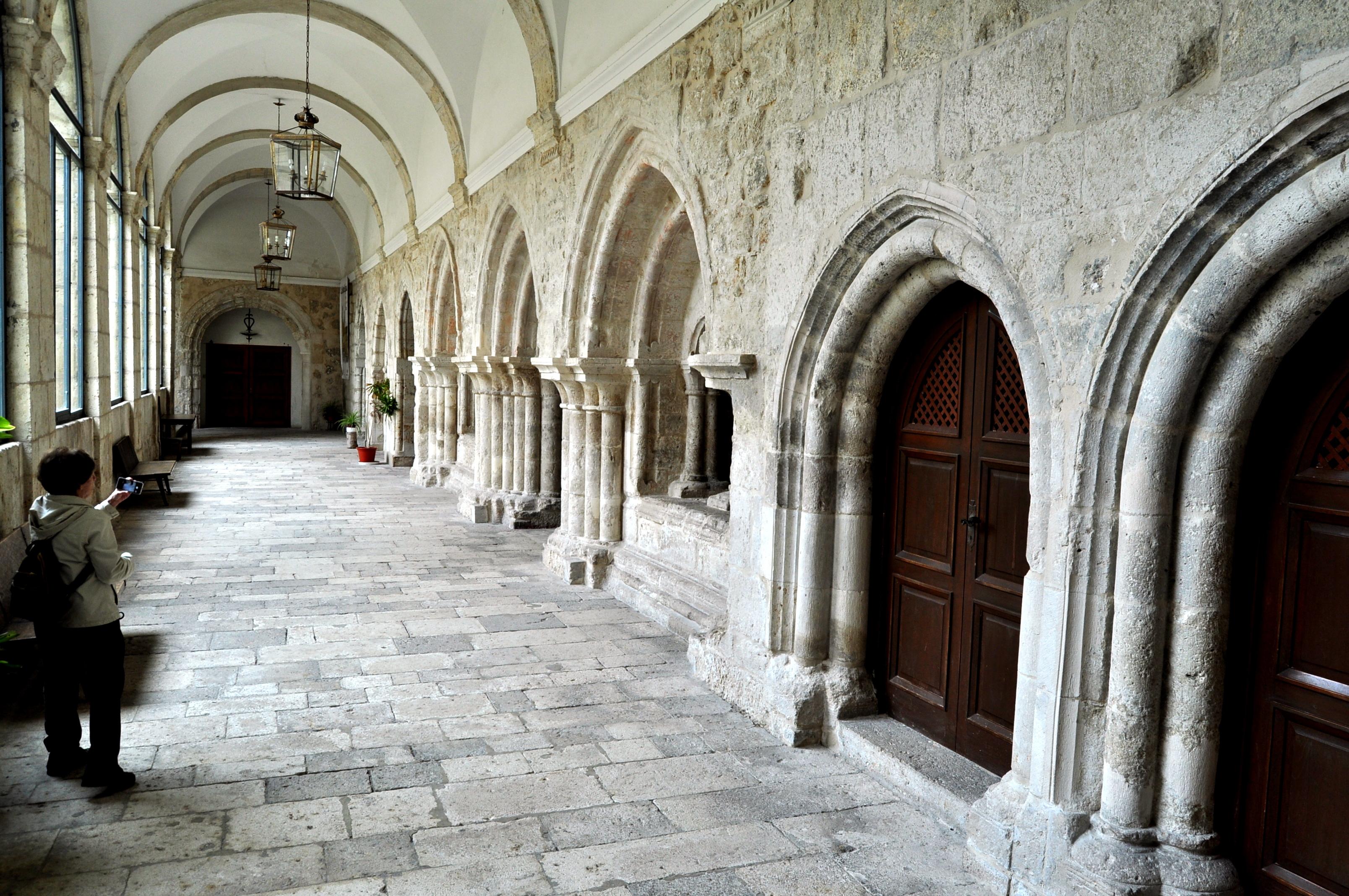 Monasterio de la Santa Espina. Galería cisterciense en el claustro.