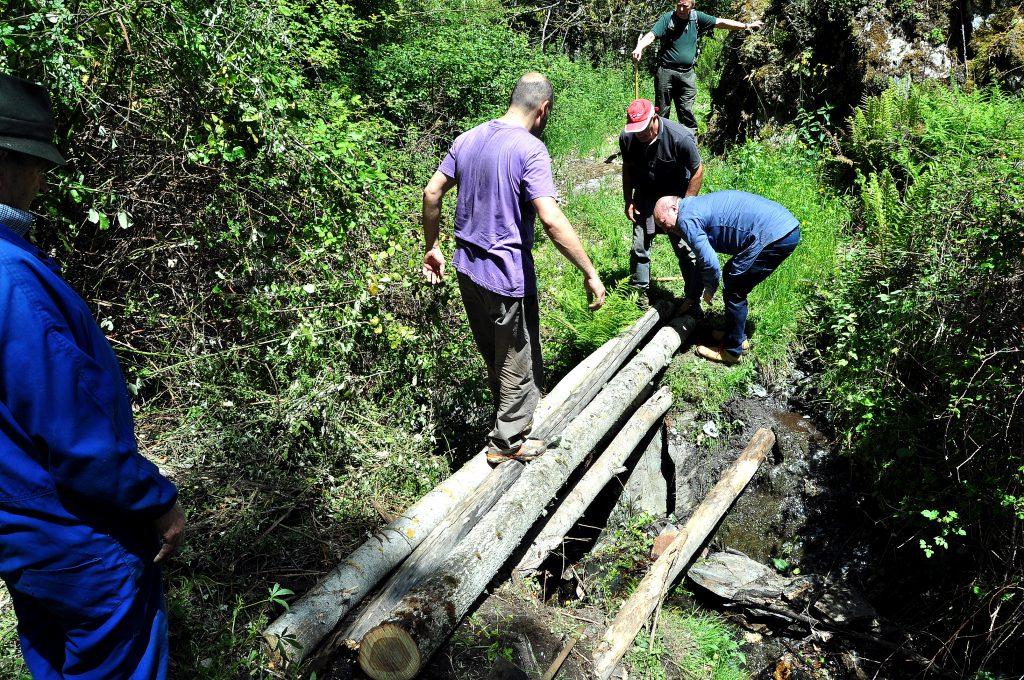 Construyendo un puentecillo sobre Río Guío