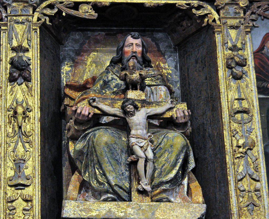 Yugueros. En el centro del retablo, una interesante Trinidad.