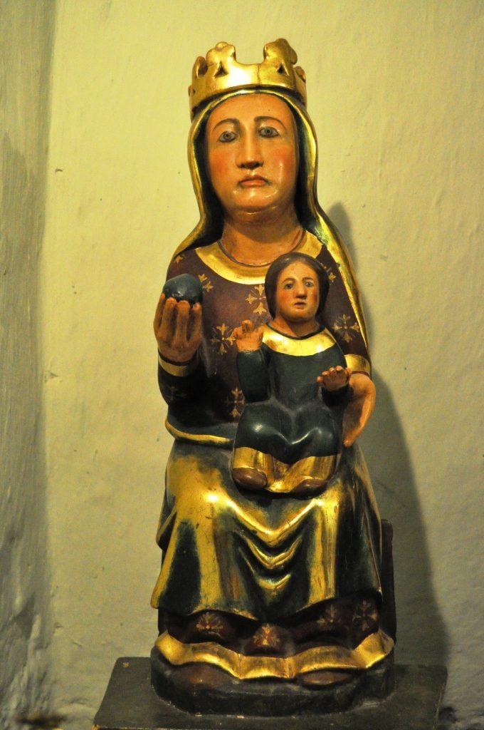 Virgen románico-gótica de Yugueros (s. XIII). Deficientemente restaurada.