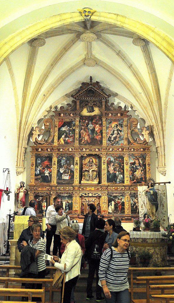 Ignacio Robles, alcalde de La Ercina, explicando el retablo de Yugueros.