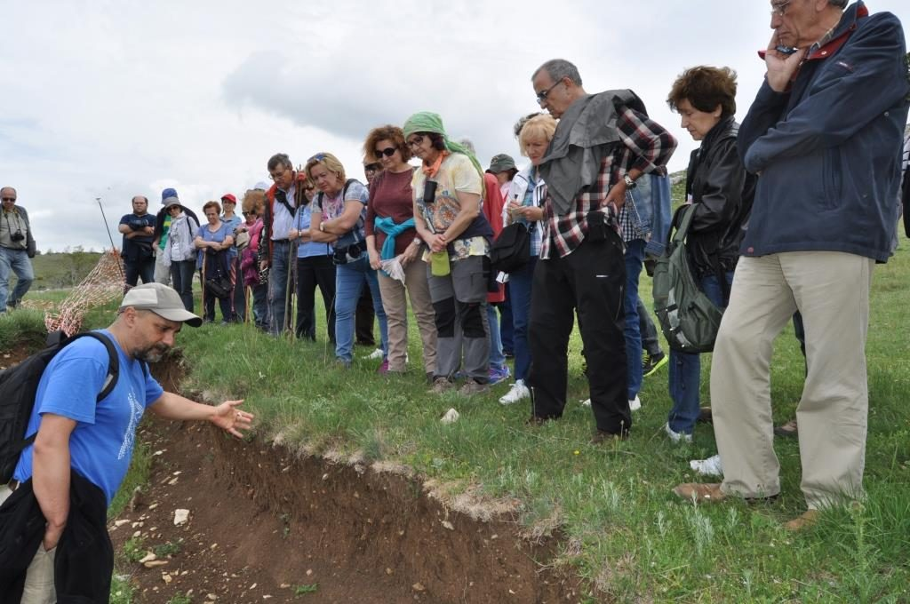 En el castro de La Ercina (La Peña del Castro) escuchando las explicaciones del arqueólogo.