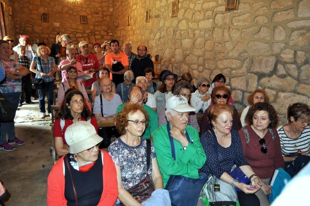 Ramón Gutiérrez explica el interior de la ermita de La Vega de Boñar.