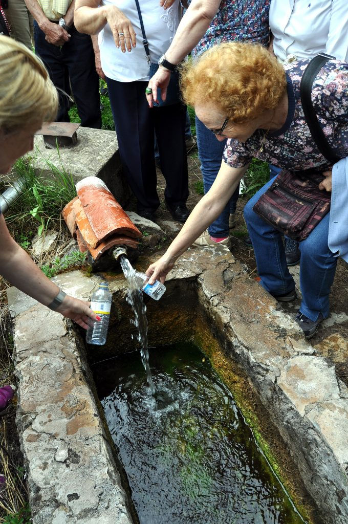 Nadie queda sin beber en el manantial salutífero de Santa Natalia, en Las Caldas de San Adrián.