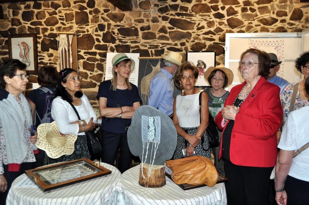 Natividad mostrando el Museo del Encaje. (Foto David Gustavo López)