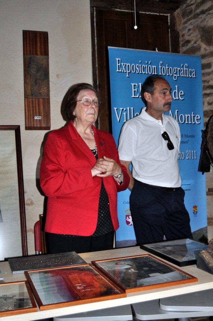 Natividad Villoldo y Francisco Simón, alcalde de Truchas, dan la bienvenida.