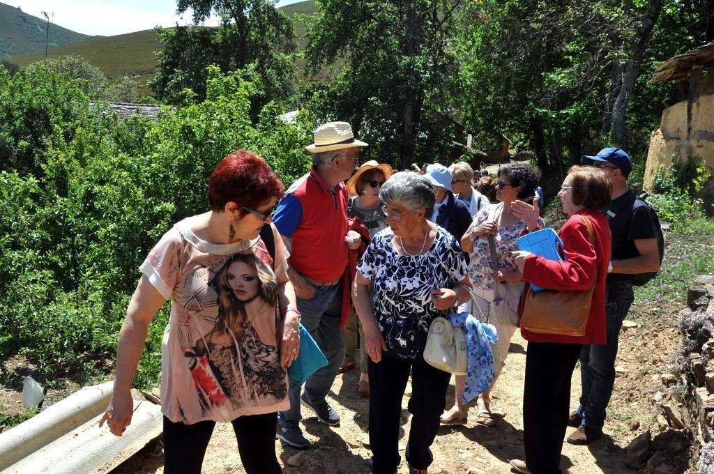 Visitando los pajares de Villar del Monte. (Foto David Gustavo López)