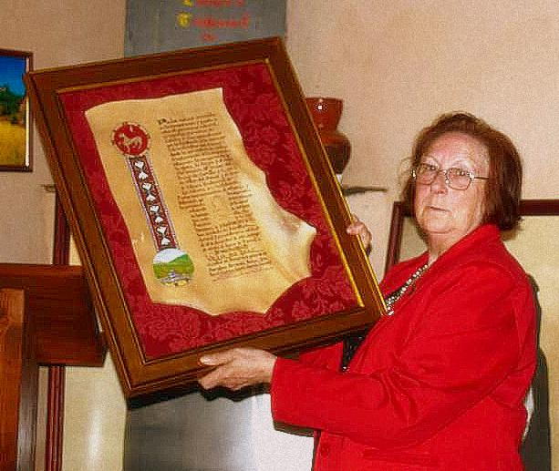 Nati Villoldo muestra el diploma entregado por Promonumenta