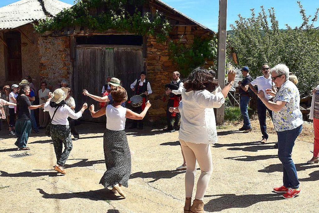 Bailando con los Gaiteros de Corporales. (Foto J.A. García Villar)