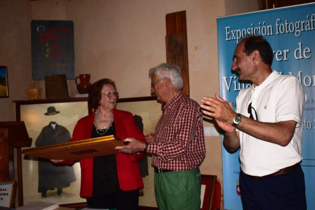 El Secretario de Promonumenta, David Gustavo Lopez, entrega el diploma a Natividad Villoldo en presencia del alcalde de Truchas, Francisco Simón