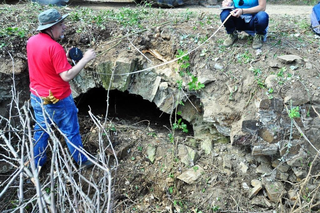 El arqueólogo toma medidas y apuntes de la alcantarilla nº 1 (la más próxima a la N-VI)