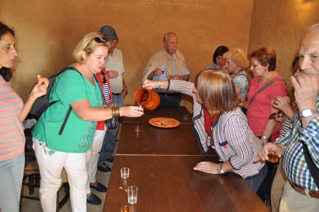 Recibimiento de Carmen en su bodega de Valdevimbre, con tostadillo y pastas.
