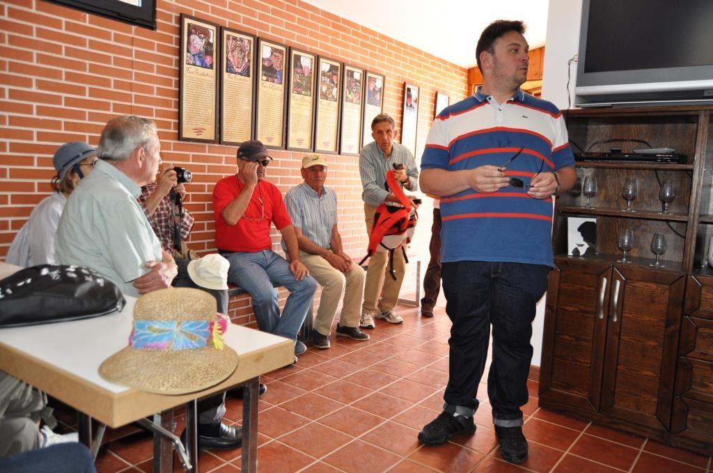 En el Museo del Vino, el presidente de la Junta Vecinal de Valdevimbre, Roberto xxx, da la bienvenida a Promonumenta.