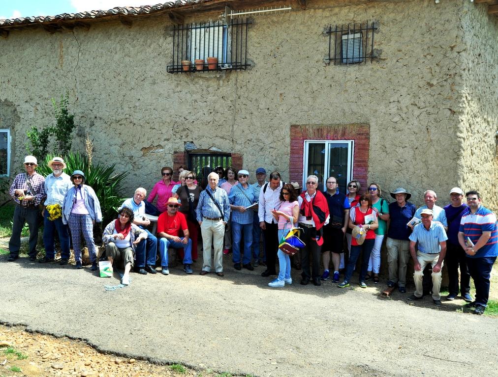 El grupo de Promonumenta ante la única casa de Farballes que permanece en pie: el antiguo hogar de Ezequiel.