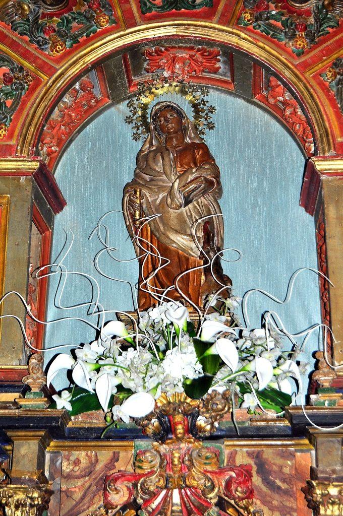 A Santa Marta, patrona de Benazolve, la Tarasca le sube mansamente por la pierna.