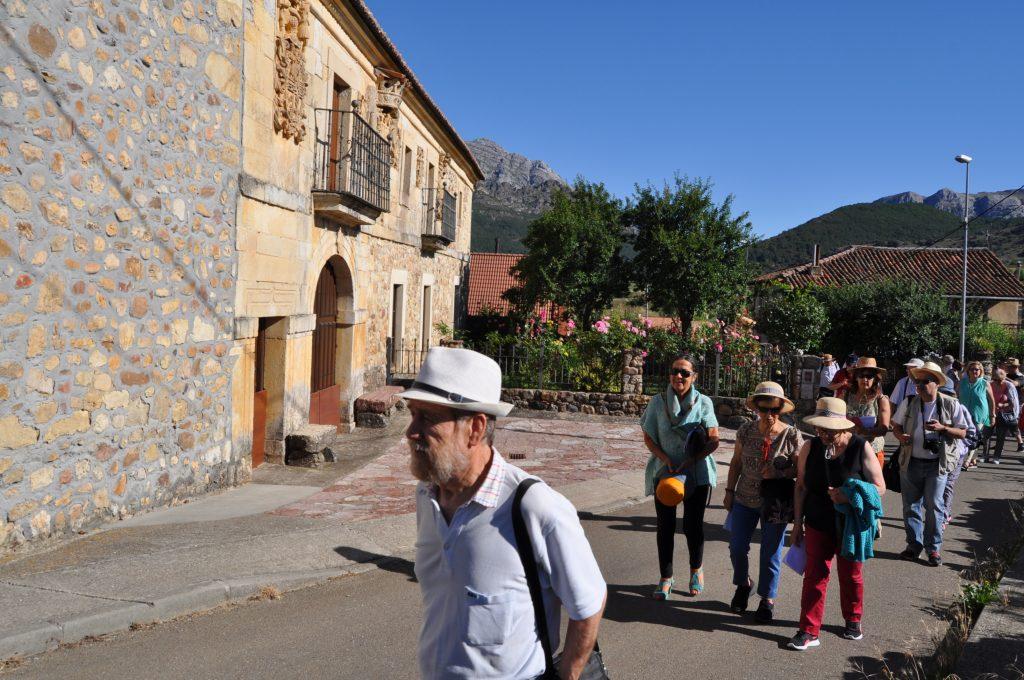 En Otero de Curueño, ante el palacio de los Álvarez Acevedo.