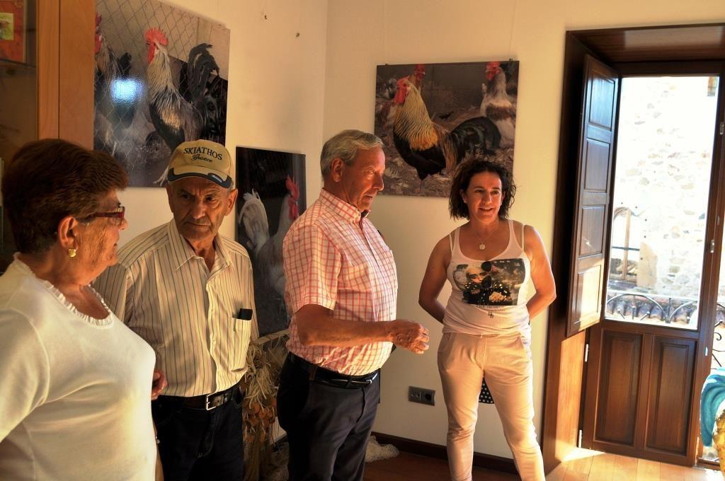 aldesa de La Vecilla, Manuela García, y el presidente de Promonumenta, Marcelino Fernández, en el Museo del Gallo de Pluma.