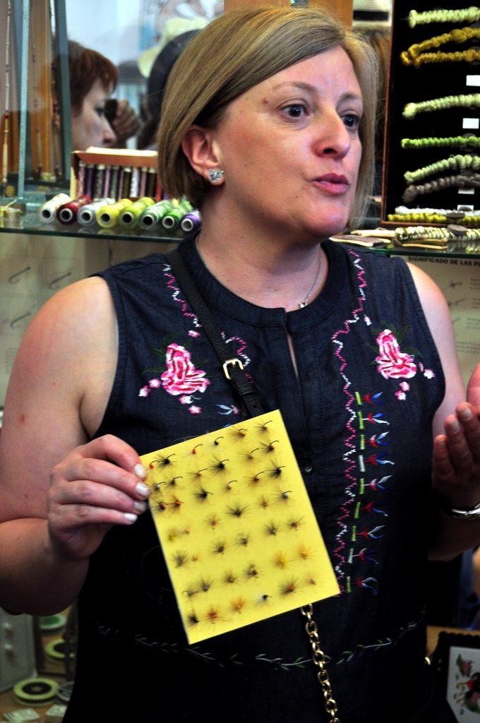 Carmen Sierra explica los tipos de anzuelos de mosca.