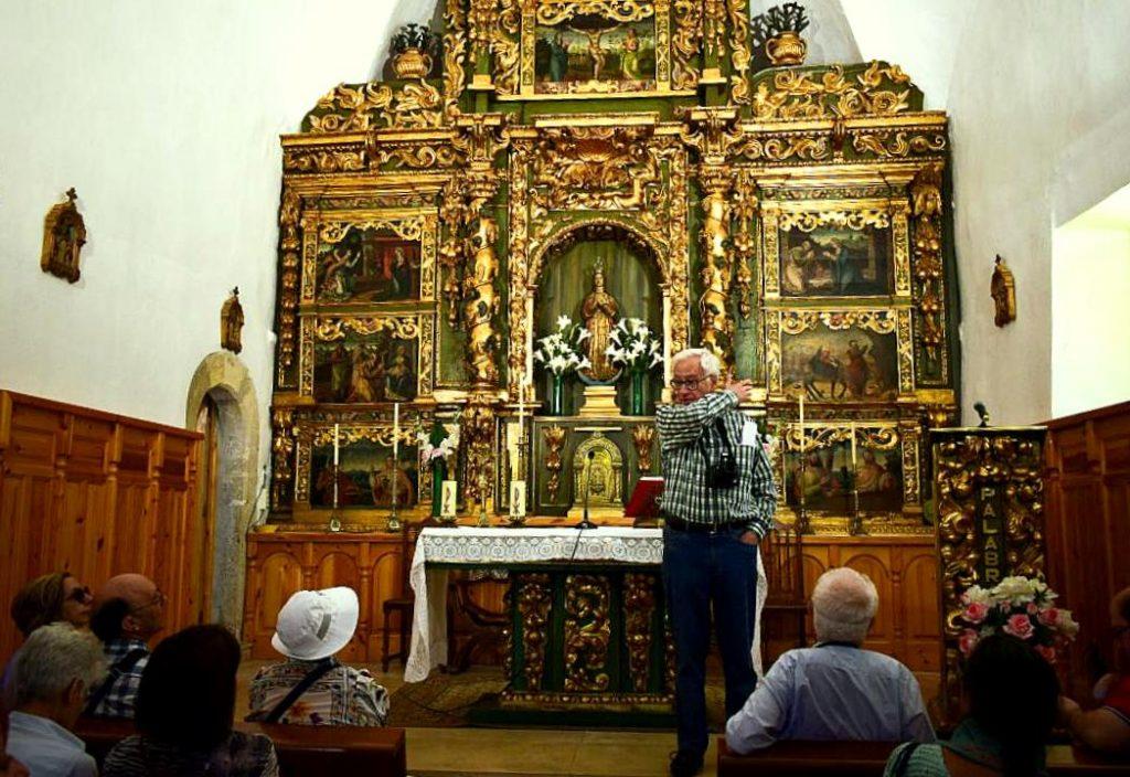 David Gustavo López explica el retablo de la iglesia de La Vecilla
