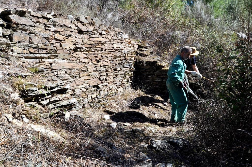 Poniendo al descubierto una antigua vivienda de mineros