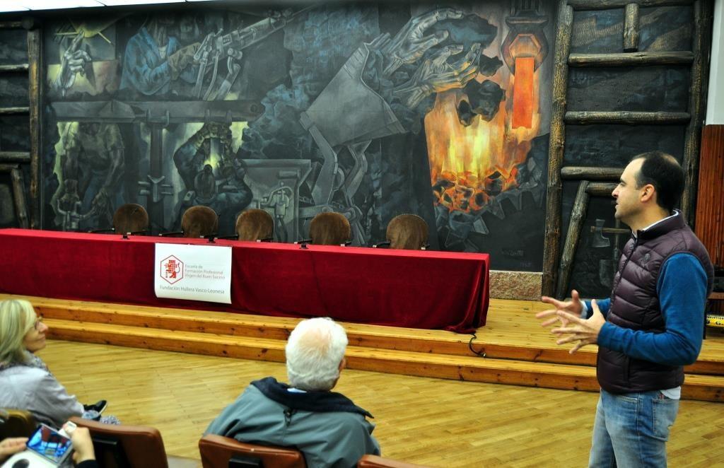 El administrador y profesor de la Escuela, Pablo Delgado, explica el mural.