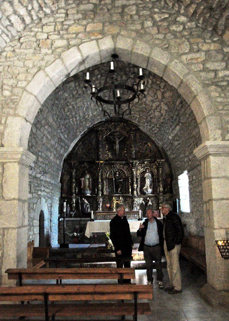 El párroco, D. José, explicando la iglesia de Santiago de las Villas.