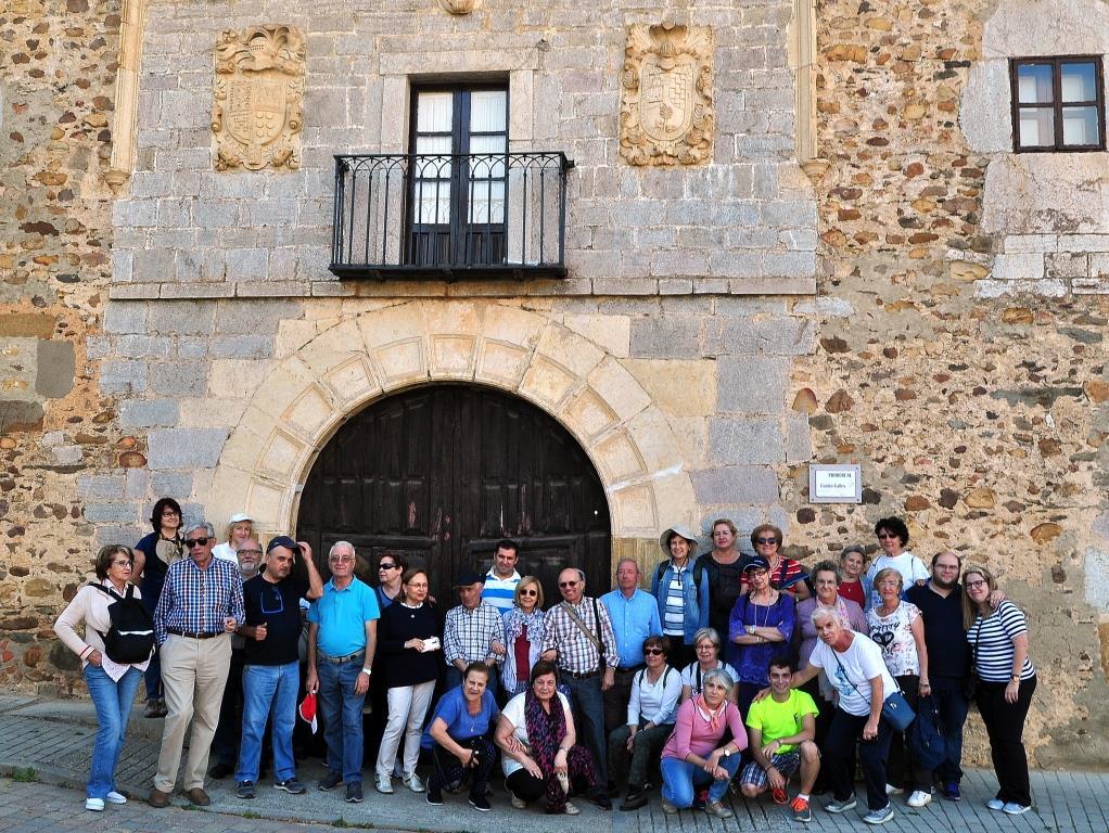 Ante el Palacio de Benllera.