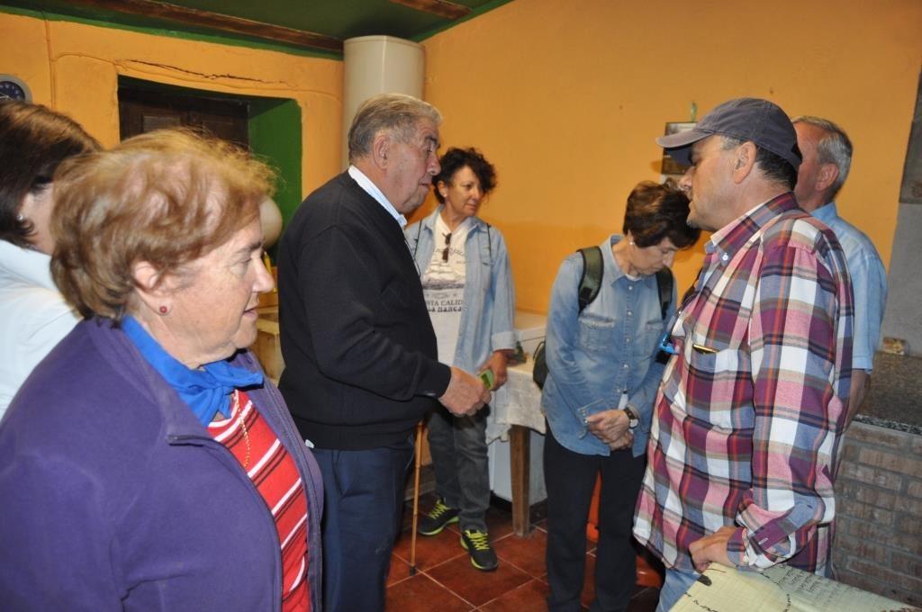 Santuario de Camposagrado. D. Manuel, el párroco, explica la cocina y dependencias de la Cofradía de Camposagrado.