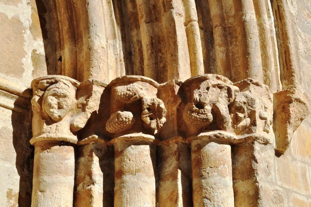 Capiteles de la puerta principal.
