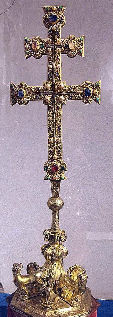 """Lignum Crucis de Astorga, en su relicario. """"Una alhaja sin parangón"""", según Gómez Moreno, de los siglos XII o XIII. Atribuida a los templarios de Ponferrada."""