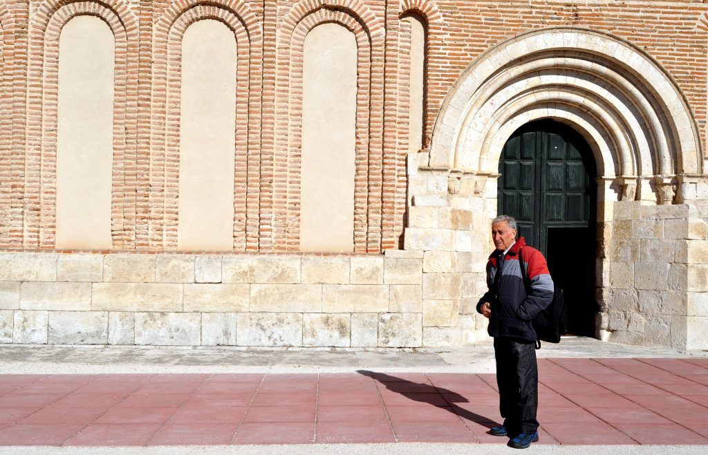 Nuestro compañero Miguel, a la puerta de San Andrés.
