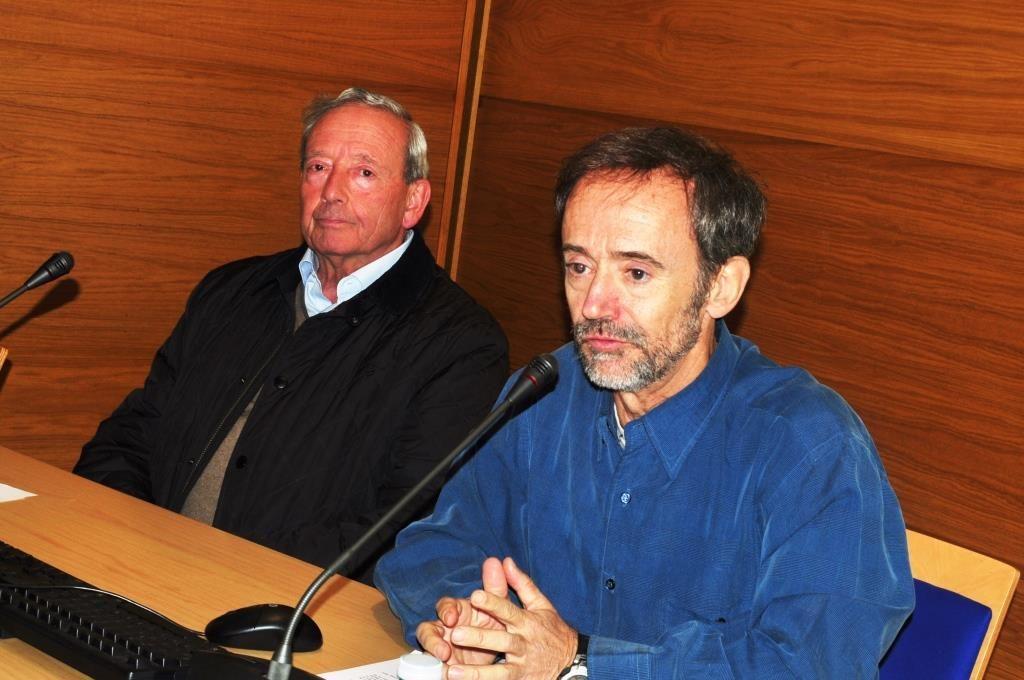 El conferenciante, Jesús Sánchez Jaén, y a su derecha el presidente de Promonumenta.