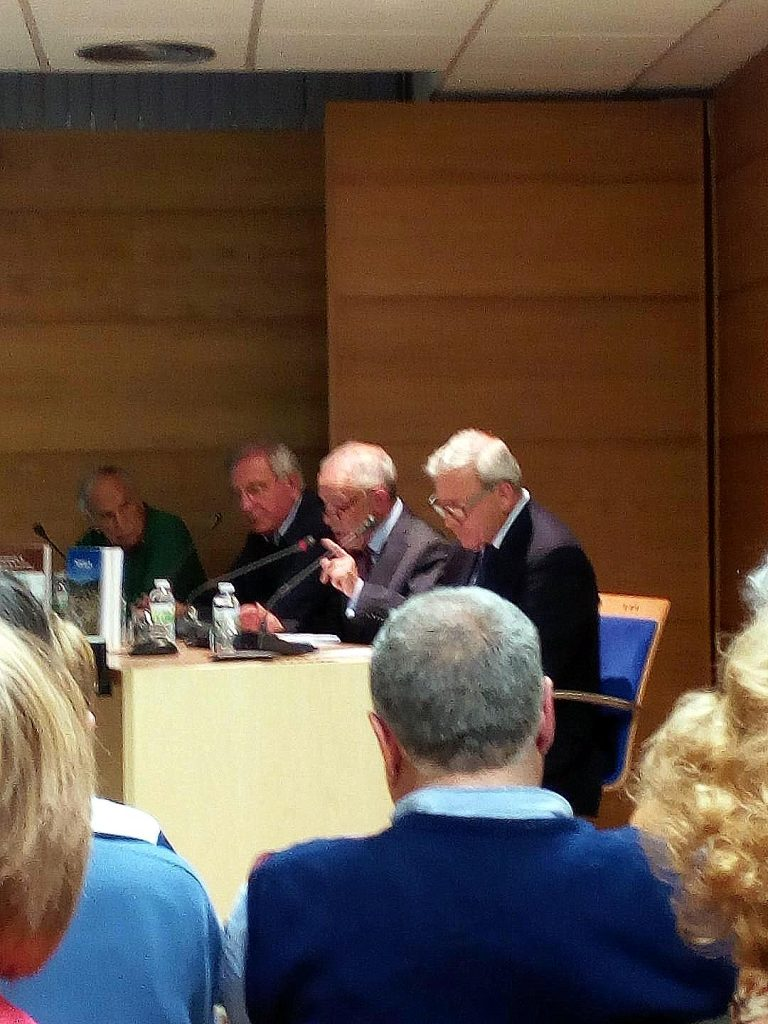 Ramón Gutiérrez, entre Marcelino Fernández y Vicente Ferrero, en la presentación de sus libros.
