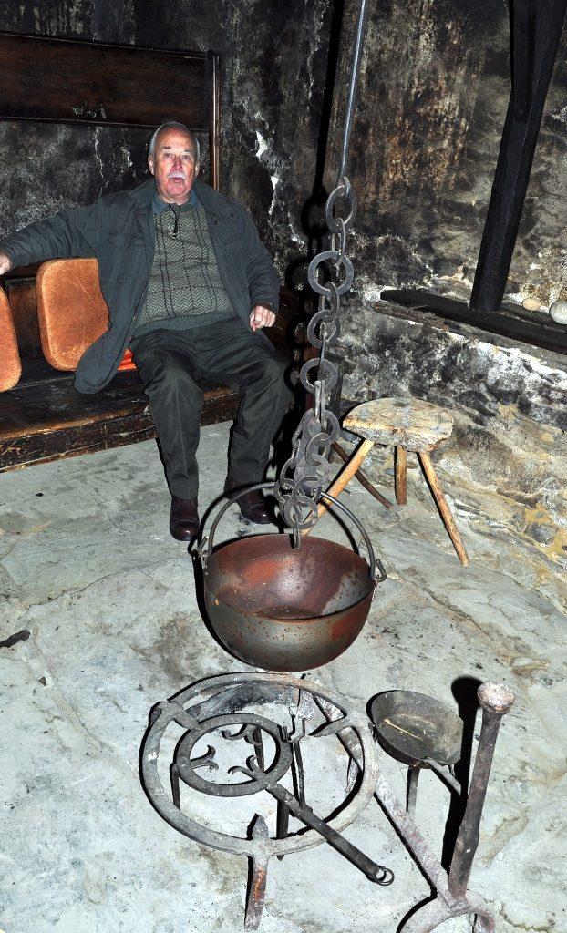 Nuestro amigo Colin descansa y disfruta en la antigua cocina de Ariego.