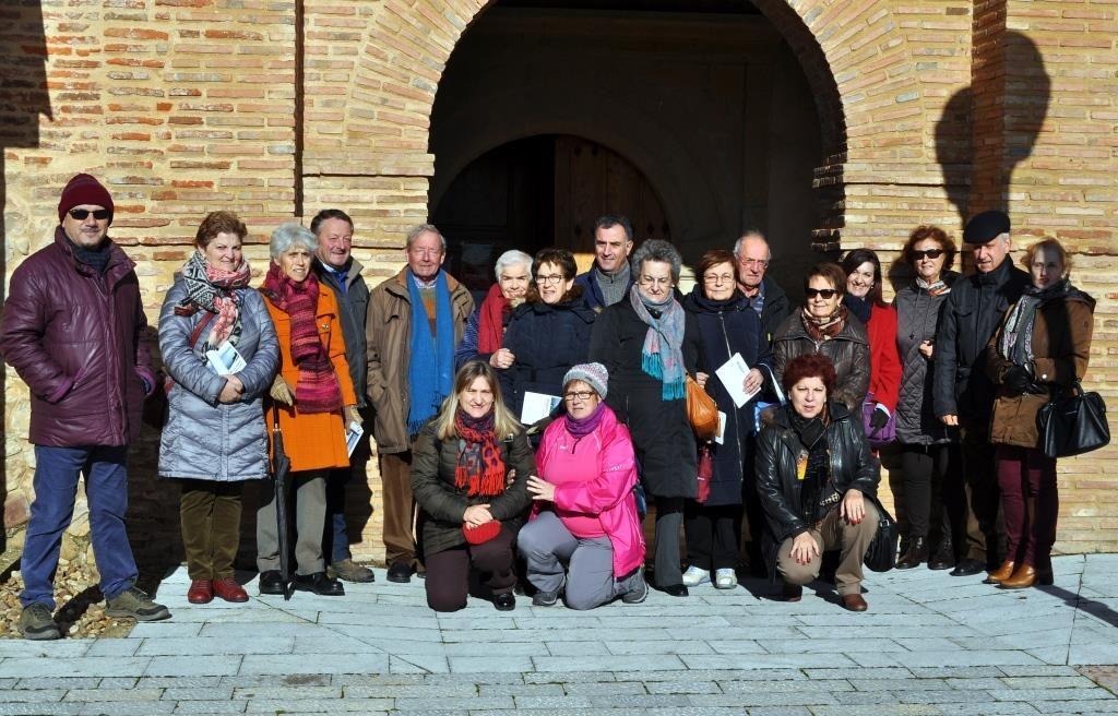 Grupo de Promonumenta a la puerta de la iglesia de Cerezales.