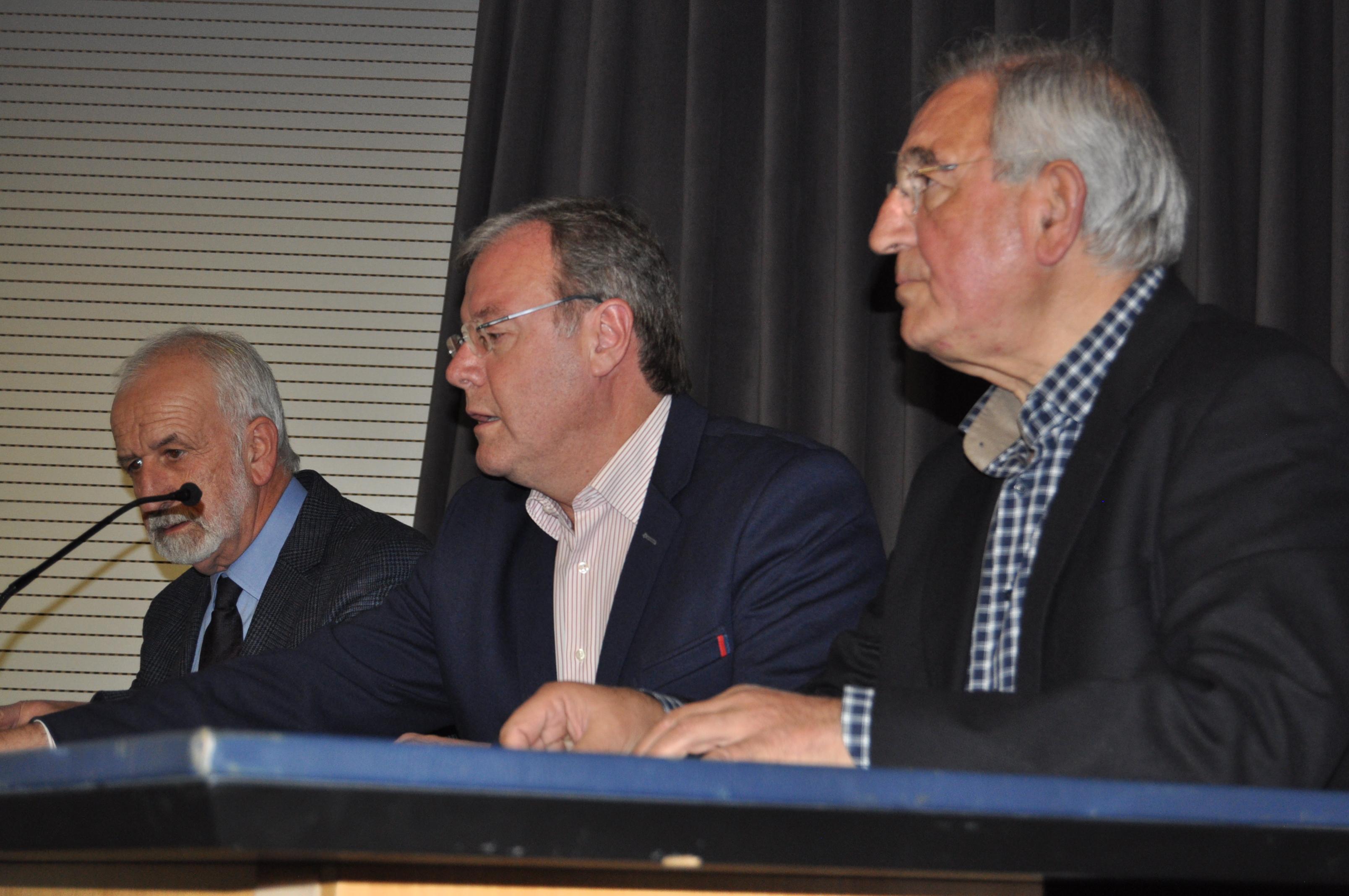 Víctor Ferrero, Antonio Silván y Salvador Gutiérrez en la presidencia del acto.