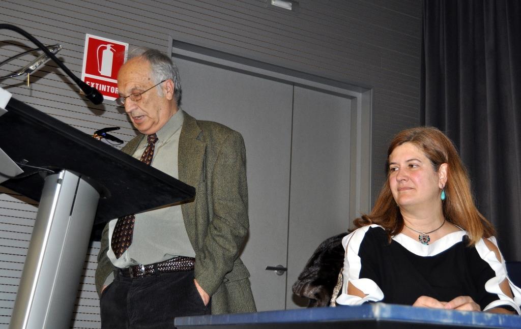 José Luis Gavilanes, vicepresidente de Promonumenta, abre el acto ante la mirada de Margarita Torres.