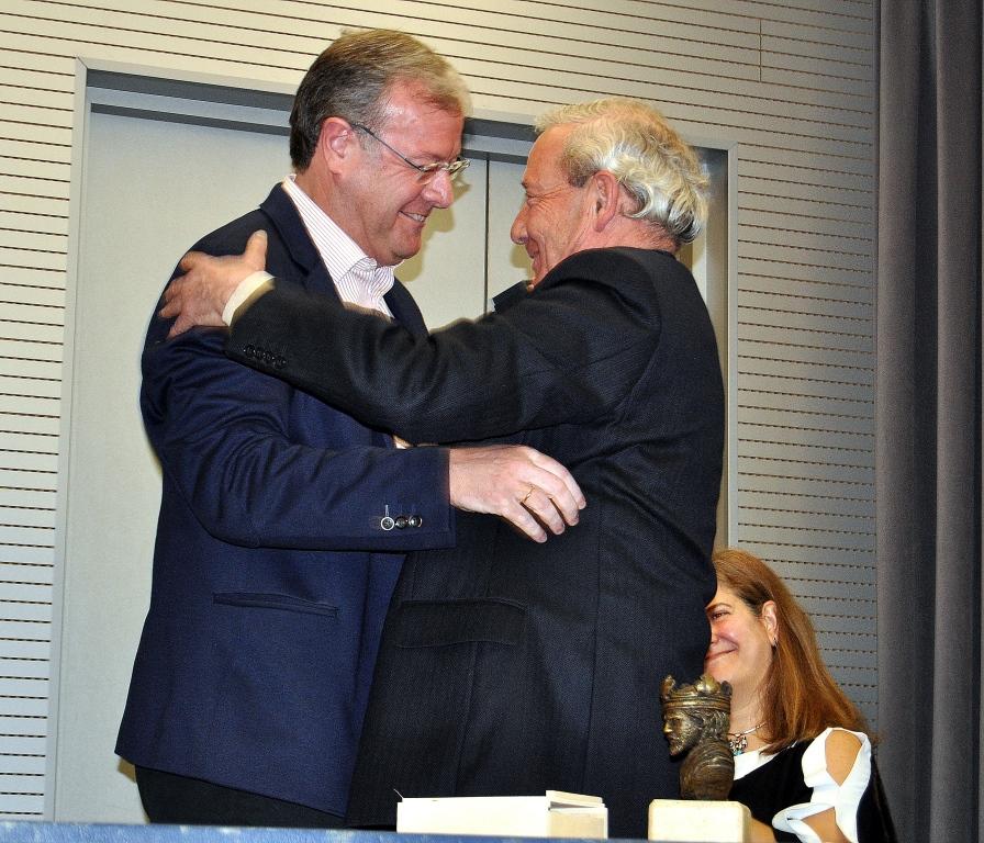 El alcalde de León felicita a Promonumenta en la persona de su Presidente, Marcelino Fernández.
