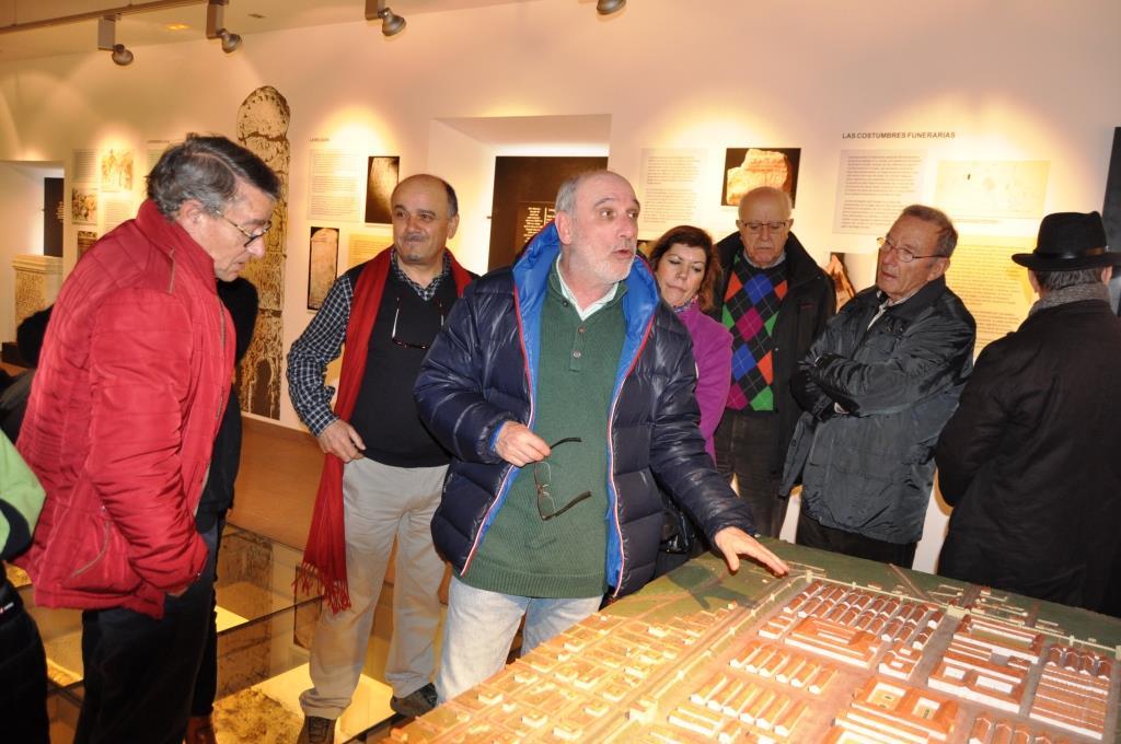 García Marcos explica el alcance del León romano ante una maqueta maqueta del campamento legionario.